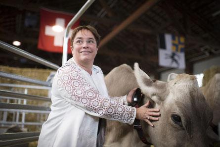 Frau Martullo-Bl.ocher mit der BrownSwiss-Kuh Veritas.