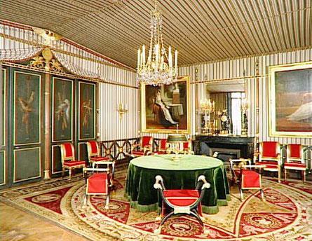 マルメゾンには、ルノルマンも愛用した緑色のテーブルクロスの丸テーブルがいくつも