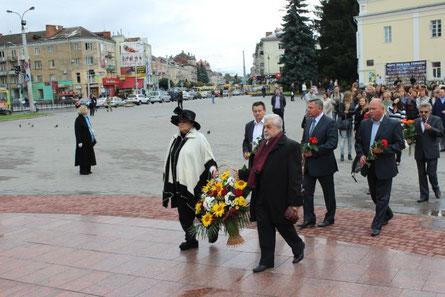 Раїса Недашківська та Лесь Танюк покладають квіти до пам'ятника Лесі Українки