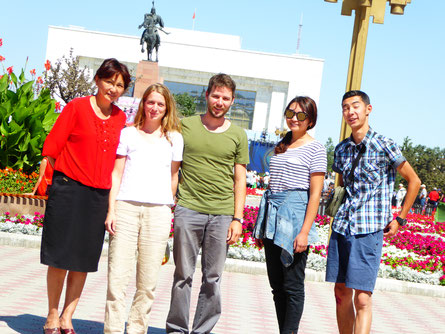 Kyrgyztours macht Sightseeing in Bishkek, hier das Manas Denkmal