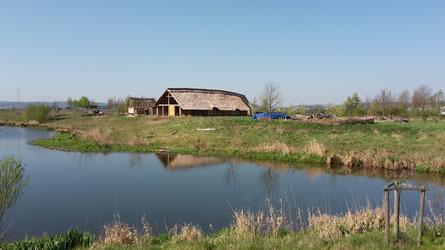 Holzhaus & Fluss - Zeiteninsel - Archäologisches Freilichtmuseum Marburg