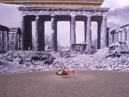 Das Brandenburger Tor nach Ende der Kämpfe, Installation 2005
