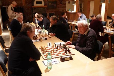 Rudolf Angeli, links im Bild,  sorgte für die Überraschung des Abends und spielte gegen Theo Gollasch Remis.