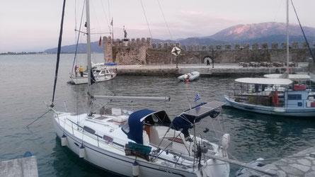Eos am 21.4. im historischen Hafen von Nafpaktos (Lepanto)