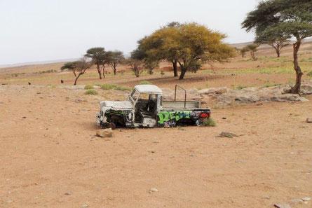 Autowrack in der Wüste Marokko