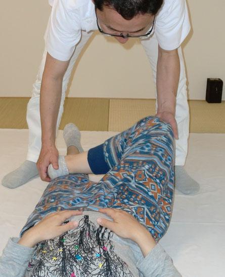 左右の股関節の開き具合を診る検査で、骨盤のゆがみなどがわかります