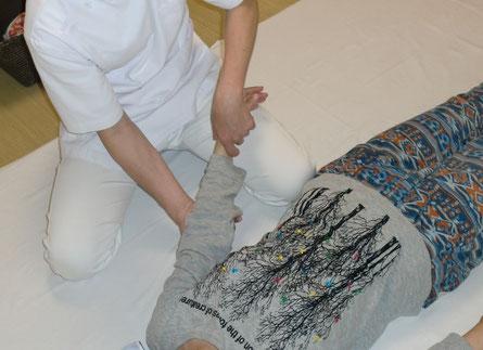 しんそう福井武生では、手足を優しく正しい軌道で動かすことで体のゆがみを整えます