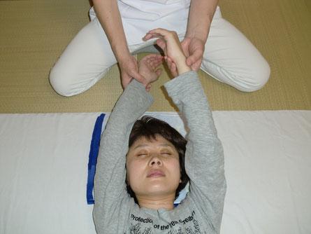 両手のバランスを診ることで、肩こり、頚椎ヘルニアなどの原因がわかります