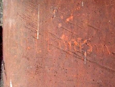 """Notdürftig in den Stein geritzt und noch heute zu lesen: """"Lattmann""""."""