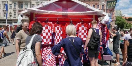 Verkaufsstand mit Dressen von Kroatien
