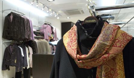 Modeladen, Textilgeschäft, Ladenbau, Inneneinrichtung, Warenpräsentation, Präsentationswand, Theke, Empfang, Eingang, Schaufenster, Modebranche