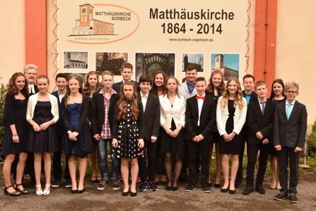 Die Jungs und Mädchen zusammen mit Pfr. Bernhard Menzemer am Tag ihrer Konfirmation in der Matthäuskirche