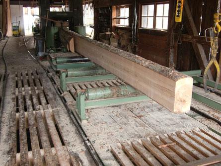 Einschnitt von Tannenholz für ein Holzhaus