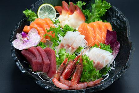 sushi nigiri salmone tonno maki gamberi