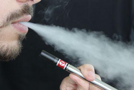 De La cigarette électronique, de plus en plus utilisé à travers le monde, constitue souvent une alternative à la cigarette classique, mais n'est pas dénué de risques.
