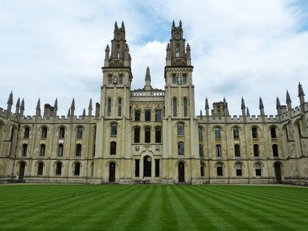 La ville d'Oxford en Angleterre abrite l'une des plus précieuses universités du monde. Celle-ci a été classée, en 2016, première  au palmarès des meilleures universités de la planète