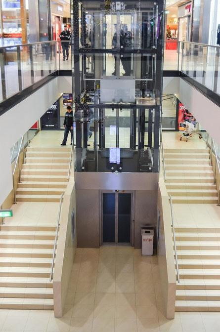 Un ascenseur dans un aéroport et peut être bientôt un ascenseur spatial pour voyager dans les étoiles
