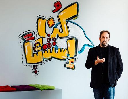 Paul Colligan, spécialiste des réseaux sociaux, s'exprime devant des jeunes entrepreneurs à Muscat