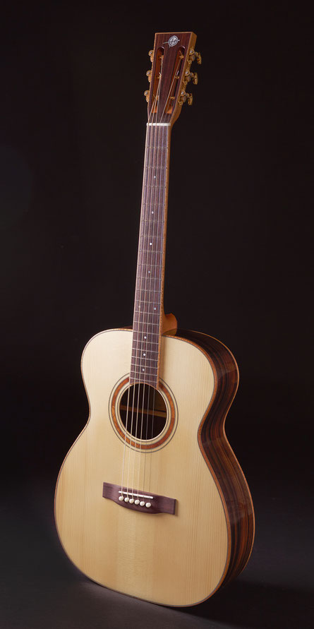 Heeres 00-Model with Sitka Spruce top and Indian Rosewood back and sides
