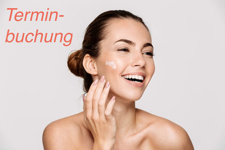 Frau mit Pflegeprodukt im Gesicht, Hände , Dekollete' , Wellnesszeit, Zeit zum pflegen, gepflegte Haut, gepflegtes Gesicht. online Terminbuchung