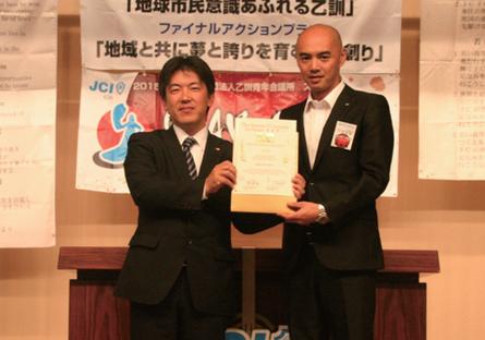 2014度ご卒業 齊藤寛之先輩(左)と三宅理事長(右)