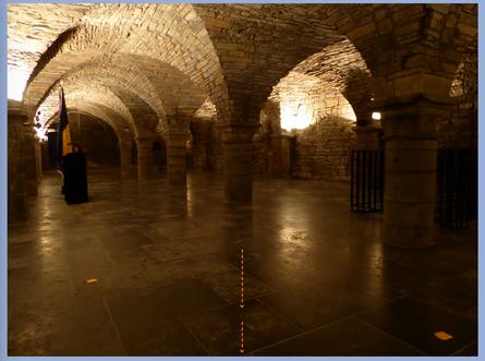Doornik - Sint-Maartensabdij - Bij de ingang van de crypte komt een liefdevolle energielijn op me toe.