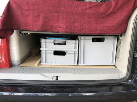 Euroboxen im Kofferraum auf Bodenplatte