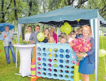 Platzchefin Annette Auster-Müller (r.) und viele Helfer begrüßen die Gäste mit Rosen, Kinderspielen, Luftballonen und vielen Überraschungen mehr.      FOTO: KARIN PRIGNITZ