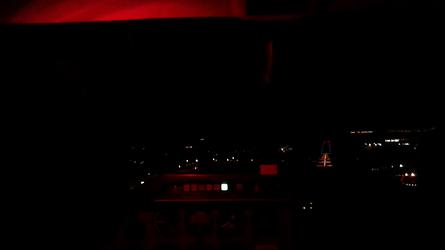 Avec la lumière rouge de la torche frontale