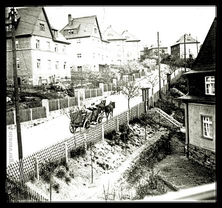 Aufnahme aus der Hausnummer 4, linker Bildrand Häuser Am Steinberg 11/13 und 15/17, rechter Bildrand Hausecke der Dr.-Karl-Wolff 9