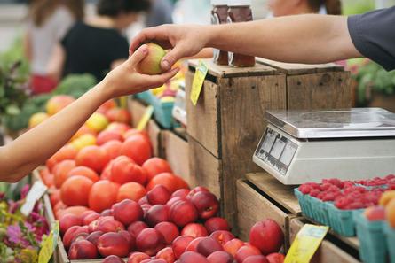 Fructose-Intoleranz: Was ist Fructose? Fructose ist ein Einfachzucker, der - oft gemeinsam mit Glucose - in vielen Lebensmitteln in unterschiedlicher Menge und Verteilung vorhanden ist. Besonders fructosereich sind Früchte und sämtliche Produkte