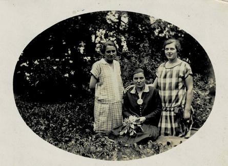 Gut Grasmark 1927. Minna Behnert stehend links