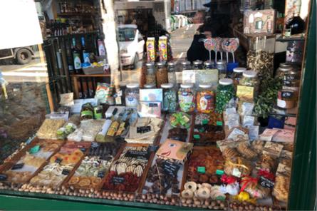 La vetrina del negozio di Armanino, frutta secca, candita e spezie, In Via di Sottoripa nel Centro Storico di Genova.