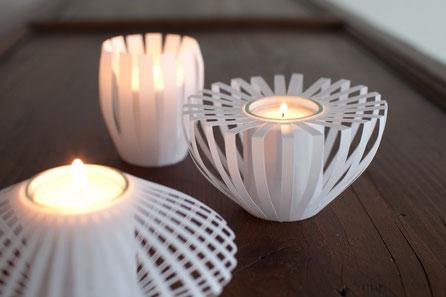 Raffiniertes Teelicht aus Papier mit interessantem Licht und Schattenwurf.