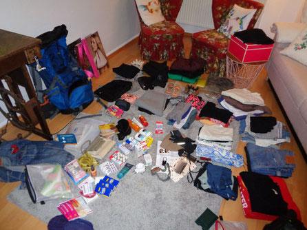 Das musste alles rein in meinen Backpack: 1 Jeans, 2 Pullis, 3 kurze Hosen, 5 Shirts, Cap, warme Trekkingkleidung, Wanderschuhe, Sneaker, Medikamente, Sonnenschutz