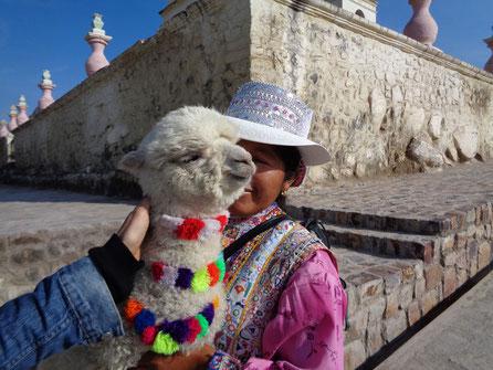 Das Streicheln der Tiere garantiert den Peruanerinnen ein wenig Lohn