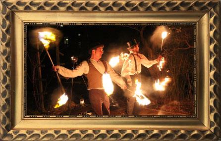 Mit brennenden Feuerstäben beeindrucken die beiden Künstler aus Leipzig während ihrem Feuerauftritt.