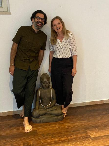 zwei Personen mit einem Buddha