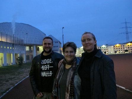 Julian, Tanja, Lisa auf dem Hof der JVA Gelsenkirchen