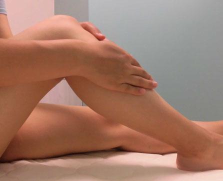 脚のスキンケアをしている様子の写真
