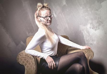 Kunstvolle Portraitaufnahme auf dem Sessel. Blonde Frau mit Gesichtsbemalung im Kreis Ludwigsurg. Aufnahme von SahraLatifa Warrelmann