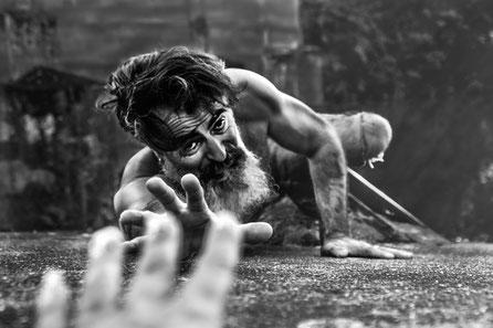 Mann, Bach, Outdoor, CrazyLife, Sahra-Latifa Warrelmann, Fotografie, Leidenschaft, Bart, Brücke, Fallen, Schwarz-Weiß
