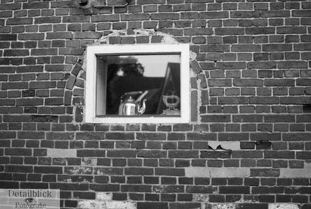 Gegenständliche Fotografie auf Detailblick Fotografie - Fenster mit historischem Bügeleisen und Teekessel