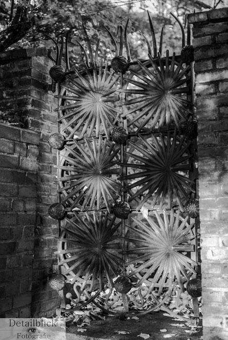 Licht- und Schattenwirkung eines kunstvoll geschmiedeten Tores - Detailblick-Fotografie
