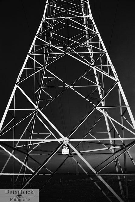 Strommast im starken Schwarz-Weiß-Kontrast - Detailblick-Fotografie