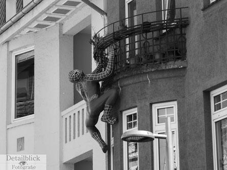Gegenständliche Fotografie auf Detailblick Fotografie - Spiderman klettert ein Haus hoch