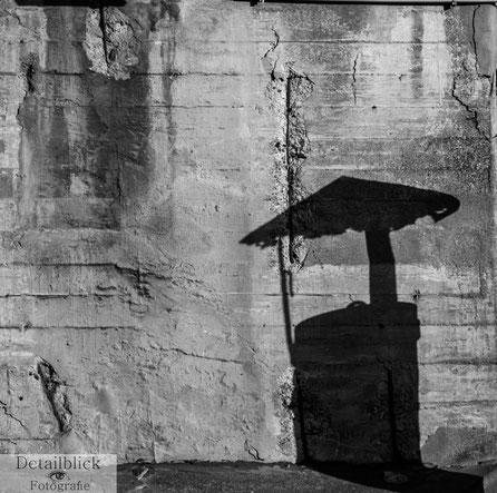 Subjektive Fotografie - Schatten eines Schornsteins an einer Wand
