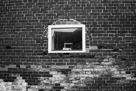 Gegenständliche Fotografie auf Detailblick Fotografie - Fenster mit historischem Bügeleisen