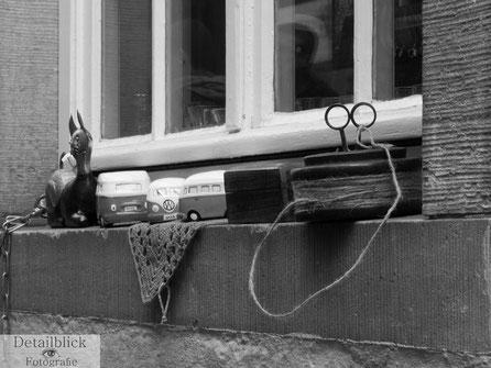 Verschiedene Gegenstände auf einer Fensterbank.