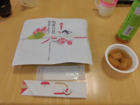 敬老会で出されたお弁当を含む食事がテーブルにセットされている様子